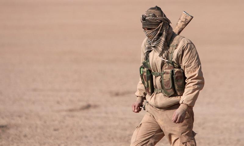 مقاتل من قوات سوريا الديمقراطية في محيط مدينة الرقة - (رويترز)