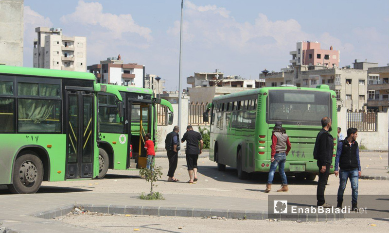 حافلات نقل مهجري الوعر من حمص إلى جرابلس شمال حلب - 17 نيسان 2017 (عنب بلدي)