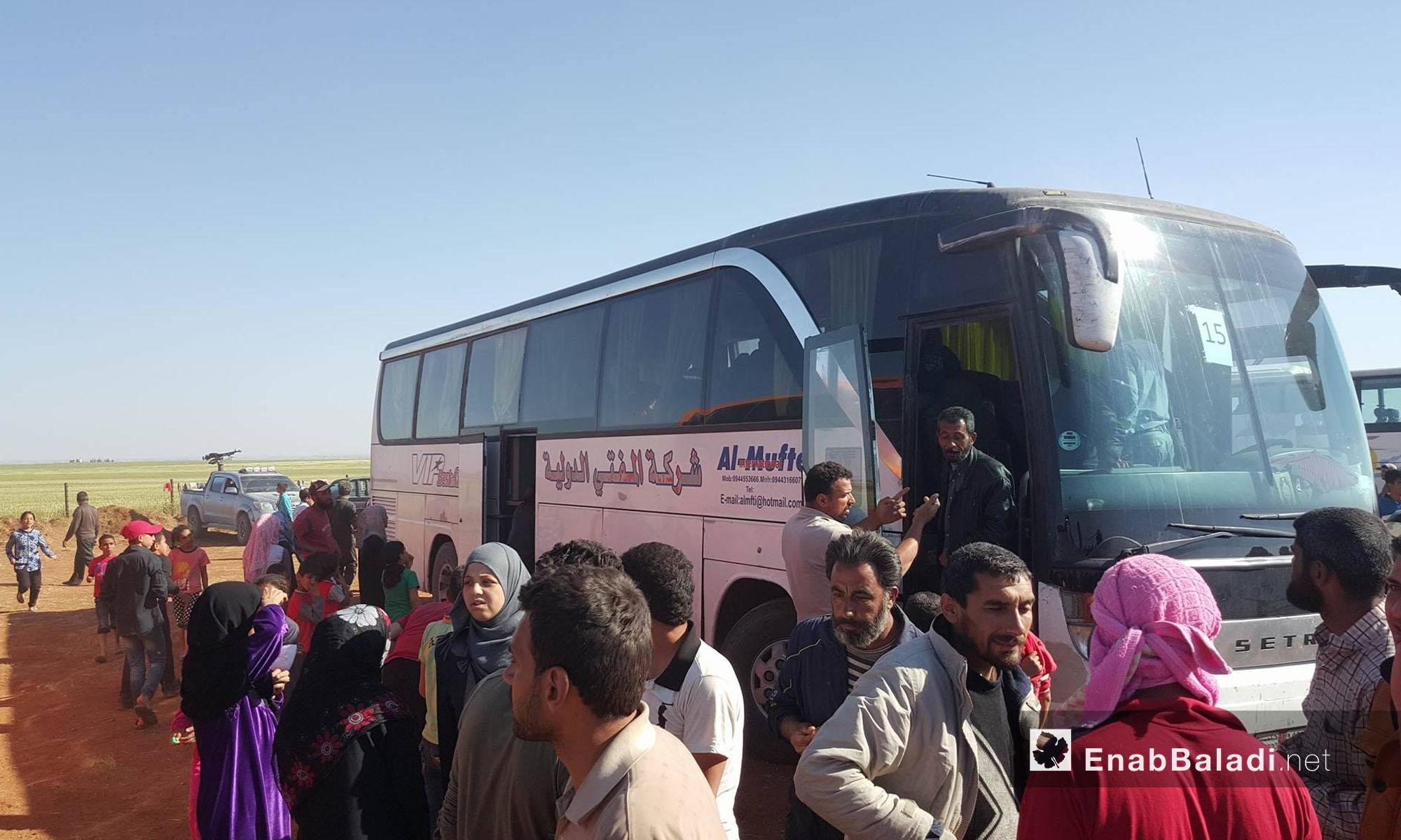 حافلات مهجري حي الوعر تصل مدينة جرابلس شمال حلب - 25 نيسان 2017 (عنب بلدي)