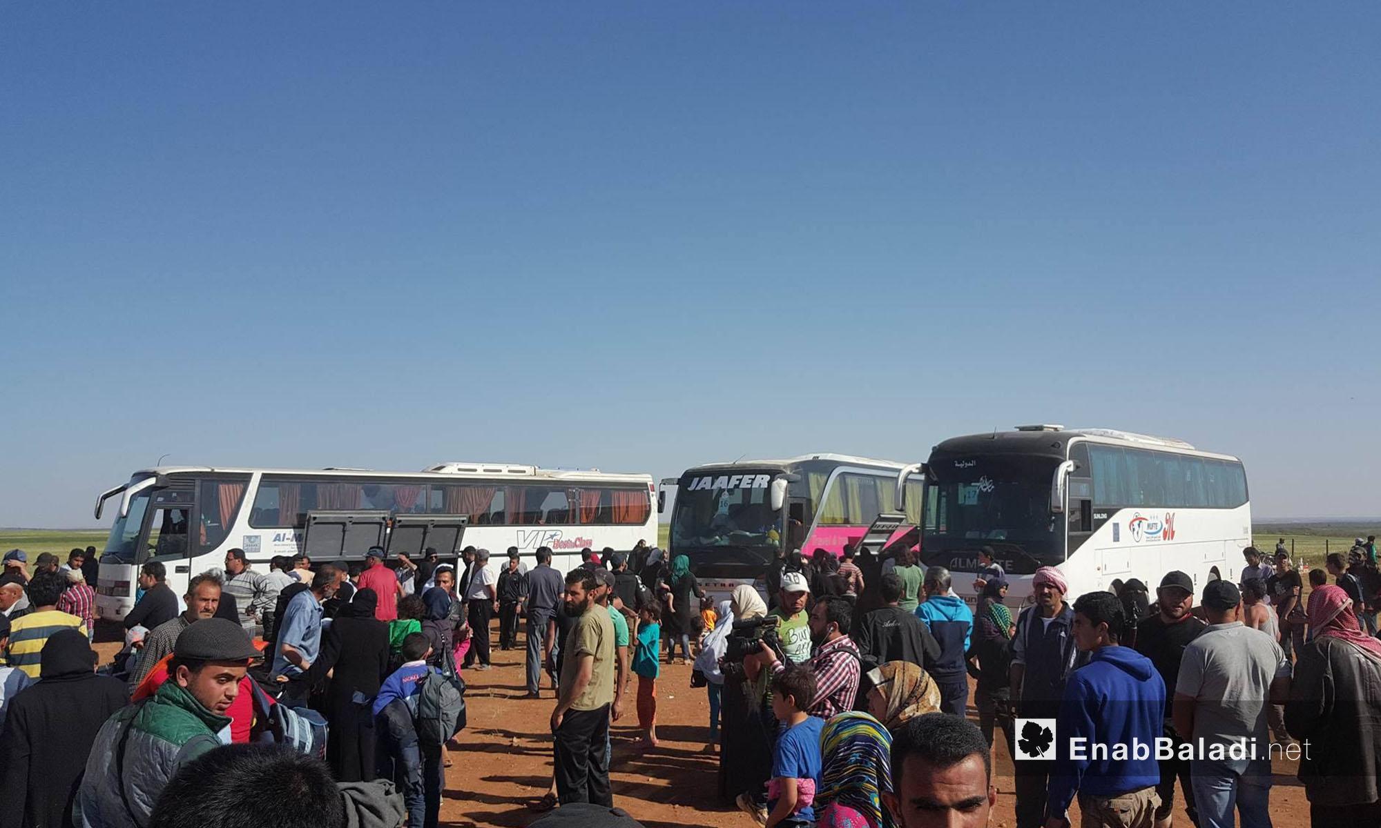 مهجرو حي الوعر يتجمعون حول حافلات نقلتهم إلى مدينة جرابلس شمال حلب - 25 نيسان 2017 (عنب بلدي)