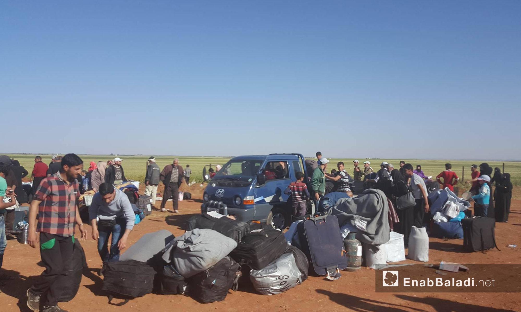 حقائب مهجري حي الوعر عقب وصولهم إلى جرابلس شمال حلب - 25 نيسان 2017 (عنب بلدي)