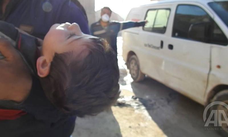 طفل مصاب بقصف الغازات السامة على خان شيخون بريف إدلب- 4 نيسان-(فيس بوك)