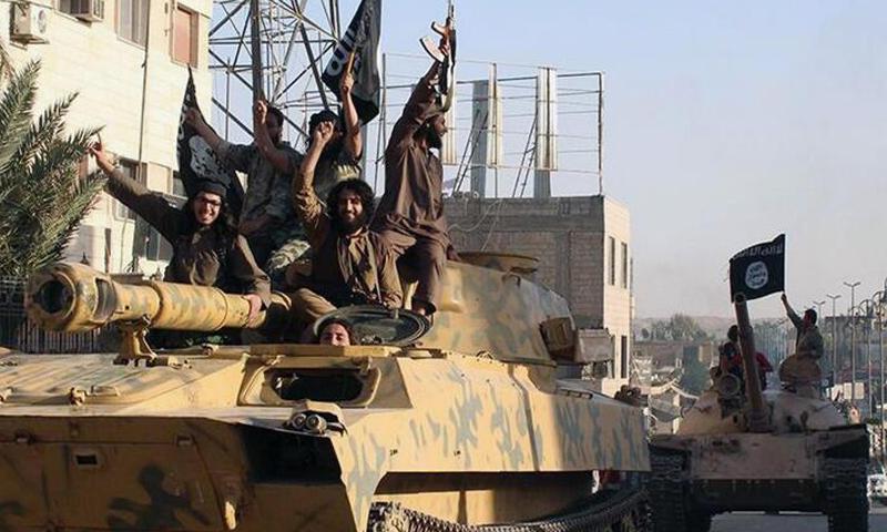عناصر من تنظيم الدولة الإسلامية في مدينة الرقة - (انترنت)