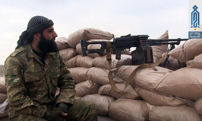 مقاتل من هيئة تحرير الشام على الجبهات العسكرية بريف حلب الجنوبي - 20 نيسان 2017 - (وكالة إباء)