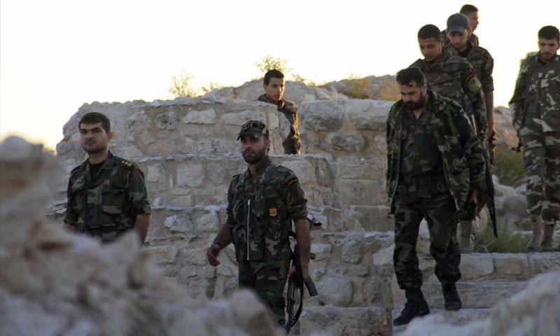 مقاتلون في قوات الأسد في مدينة حلب (رويترز)