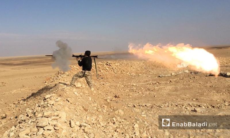 """أرشيفية- مقاتل من """"أسود الشرقية"""" في البادية السورية (عنب بلدي)"""