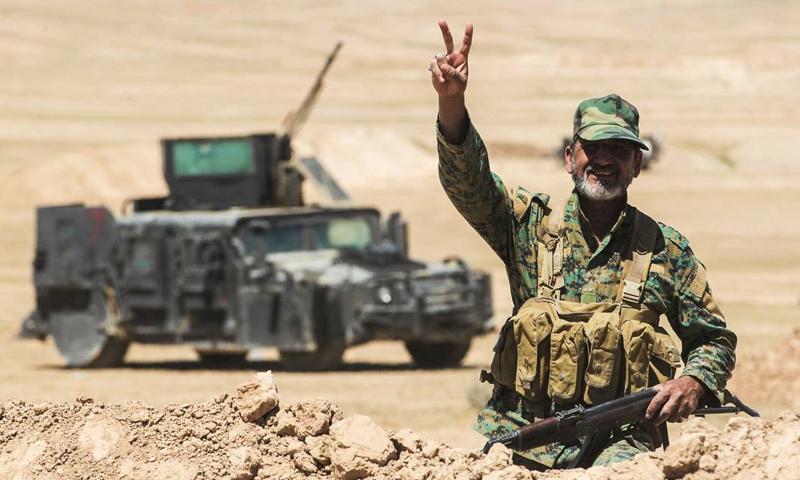 مقاتل من الحشد الشعبي على الحدود السورية العراقية (AFP)