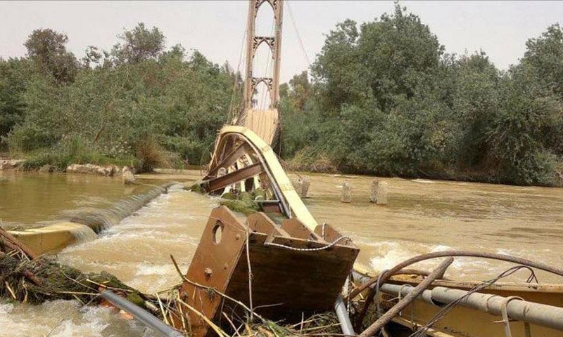 جسر دير الزور المعلق بعد تدميره عام 2013 (إنترنت)