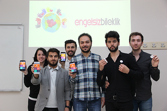 """سوار """"Engelsiz Bileklik\سوار بلا عوائق""""، المصمم من قبل طلاب أتراك في جامعة """"أرزينجان""""، الأربعاء- 2 أيار (الأناضول)"""