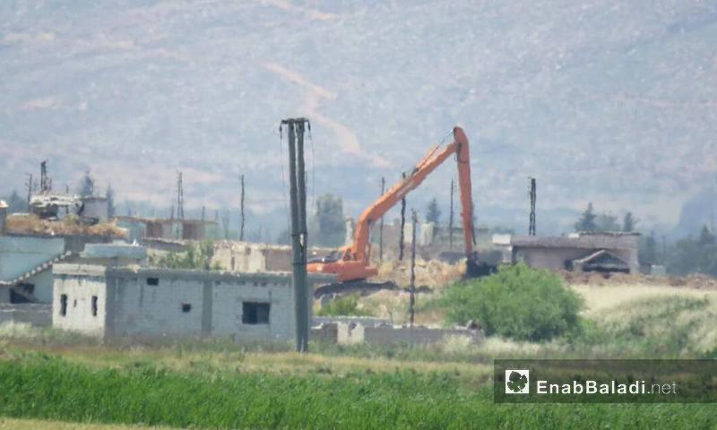 آلية لقوات الأسد تضع سواتر ترابية في قرية الكريم بسهل الغاب- الأربعاء 24 أيار (عنب بلدي)