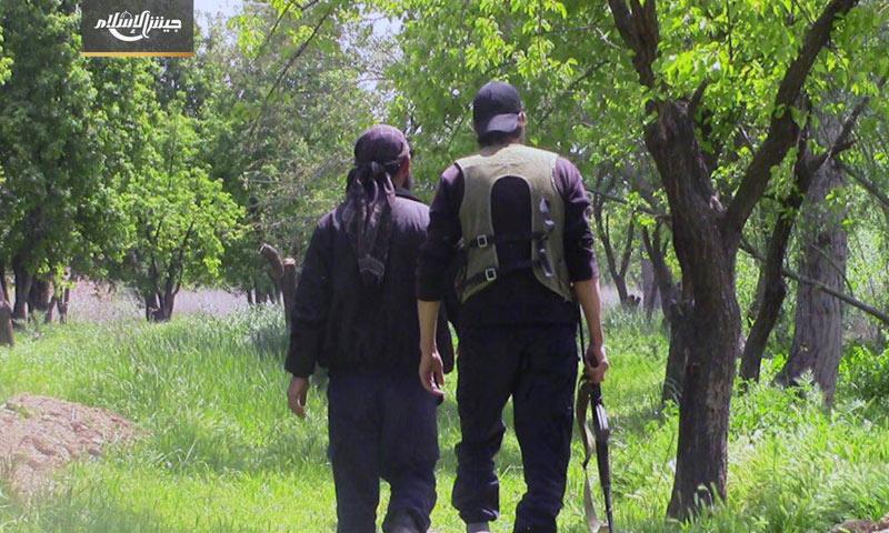 """مقاتلان من """"جيش الإسلام"""" في الغوطة الشرقية - نيسان 2017 (حساب الفصيل في تيلغرام)"""