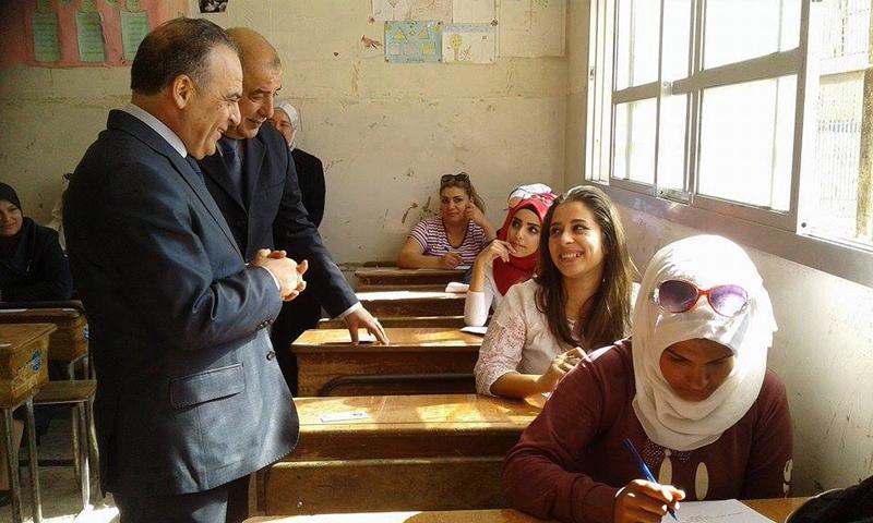 رئيس حكومة النظام السوري عماد خميس أثناء زيارته لإحدى مراكز امتحانات الشهادة الثانوية - 30 أيار 2018 (فيس بوك)