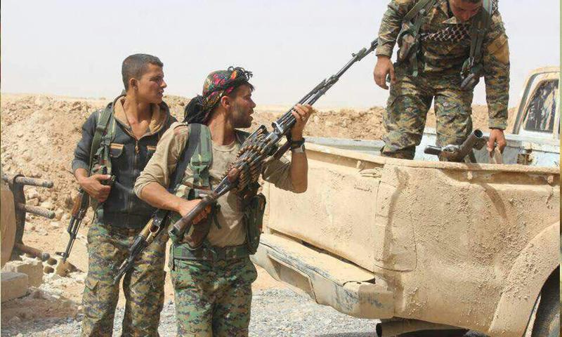 عناصر من قوات سوريا الديموقراطية في محيط مدينة الرقة - 23 أيار 2017 - (قسد)