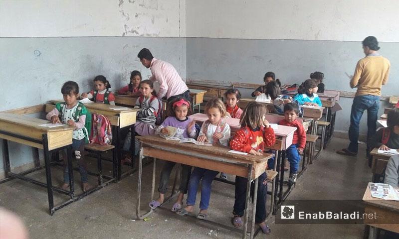 أطفال مدرسة كفرة شمال حلب، يقرأون قصص وبروشورات التوعية - 8 أيار 2017 (عنب بلدي)