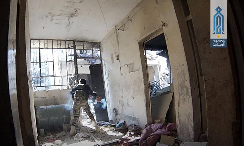 """مقاتل من """"تحرير الشام"""" في حي تشرين بدمشق - 26 نيسان 2017 (وكالة إباء)"""