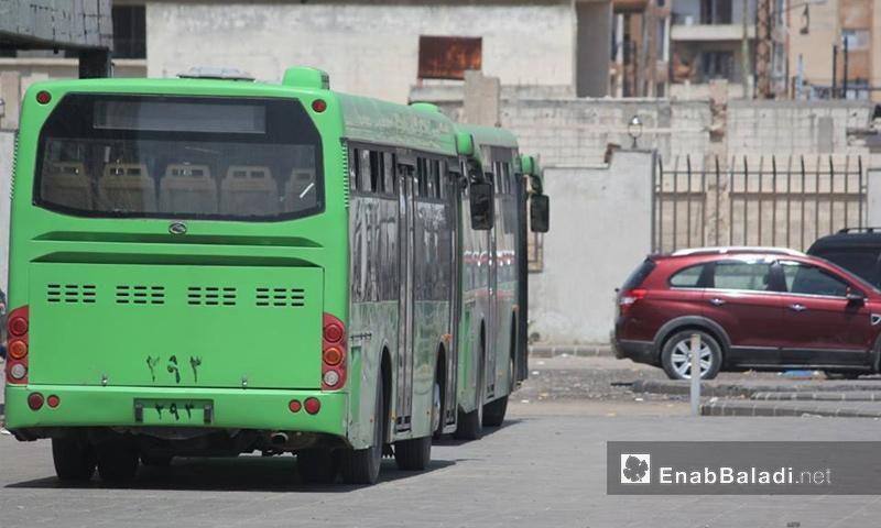 حافلة لنقل مهجري الوعر داخل الحي في حمص - 4 أيار 2017 (عنب بلدي)