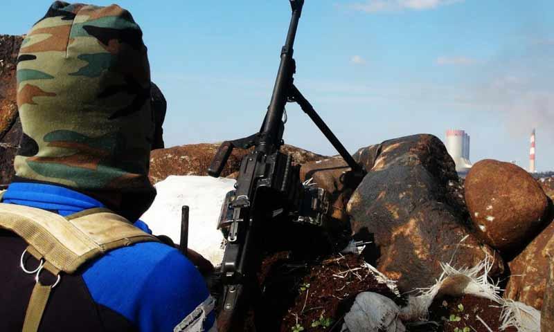 مقاتل من هيئة تحرير الشام على الجبهات العسكرية في ريف حمص الشمالي - (وكالة إباء)