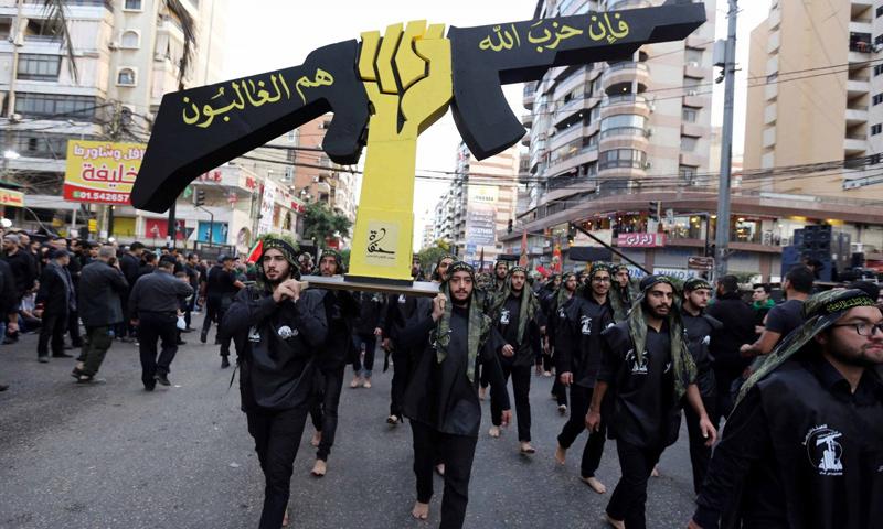 أنصار حزب الله اللبناني يحملون شعار الحزب خلال موكب ديني بمناسبة عيد عاشوراء في بيروت - تشرين الأول 2016 - (رويترز)