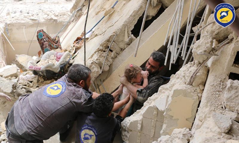 فرق الدفاع المدني تنتشل الضحايا والجرحى بعد قصف الطيران الحربي لبلدة حمورية في الغوطة الشرقية - 1 أيار 2017 - (الدفاع المدني)