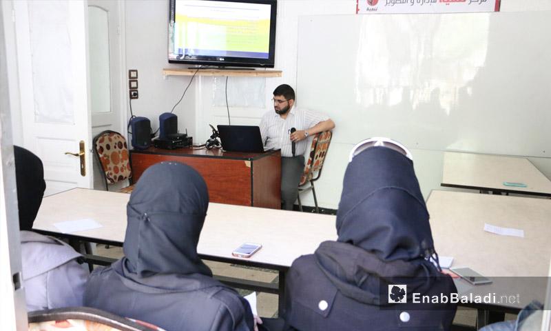"""نساء يحضرن دورة التحرير الصحفي ضمن مركز """"تنمية"""" في الغوطة الشرقية - 21 أيار 2017 (عنب بلدي)"""