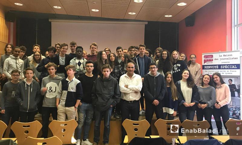 الصحفي السوري شيار خليل وسط مجموعة من طلاب فرنسيين- الأربعاء 3 أيار (عنب بلدي)