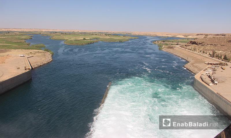 مياه سد الفرات في مدينة الطبقة غرب الرقة - 15 أيار 2017 (عنب بلدي)