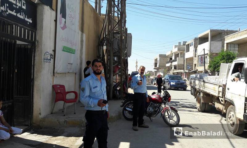 الشرطة الحرة أمام المراكز الامتحانية في بلدة الجينة التابعة منطقة الأتارب غرب حلب - 25 أيار 2017 (عنب بلدي)
