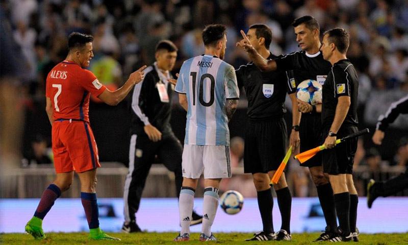 ميسي مع الحكام في مبارة الأرجنتين وتشيلي - آذار 2017 (وكالات)