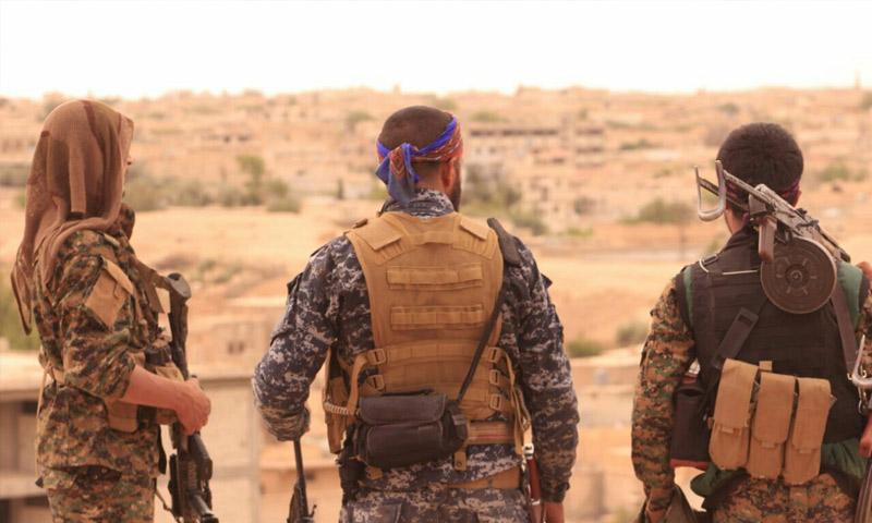 """عناصر من """"قسد"""" في مدينة الطبقة غرب الرقة - أيار 2017 (قوات سوريا الديمقراطية)"""