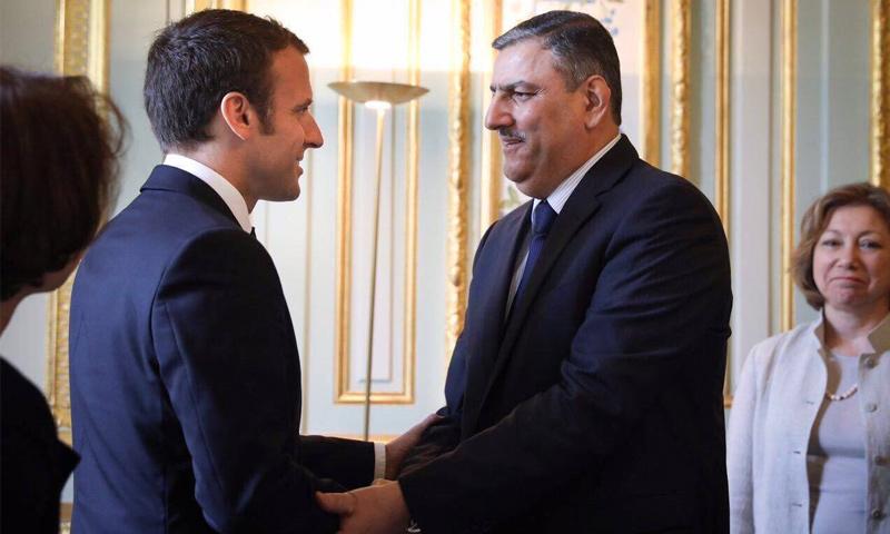 الرئيس الفرنسي إيمانويل ماكرون يستقبل رئيس الهيئة العليا للمفاوضات، رياض حجاب (صفحة حجاب في فيس بوك)
