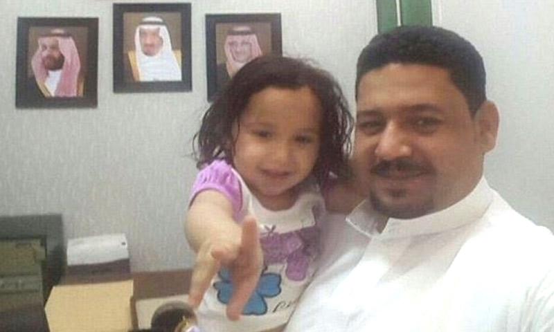 والد الطفلة السورية يحمل شوق بعد العثور عليها في الرياض - 13 أيار 2017 (تويتر)
