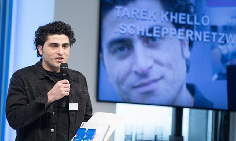 """الصحفي السوري طارق خلّو أثناء تسليمه جائزة """"أكسل شبرينغر"""" - (دوتشه فيله)"""
