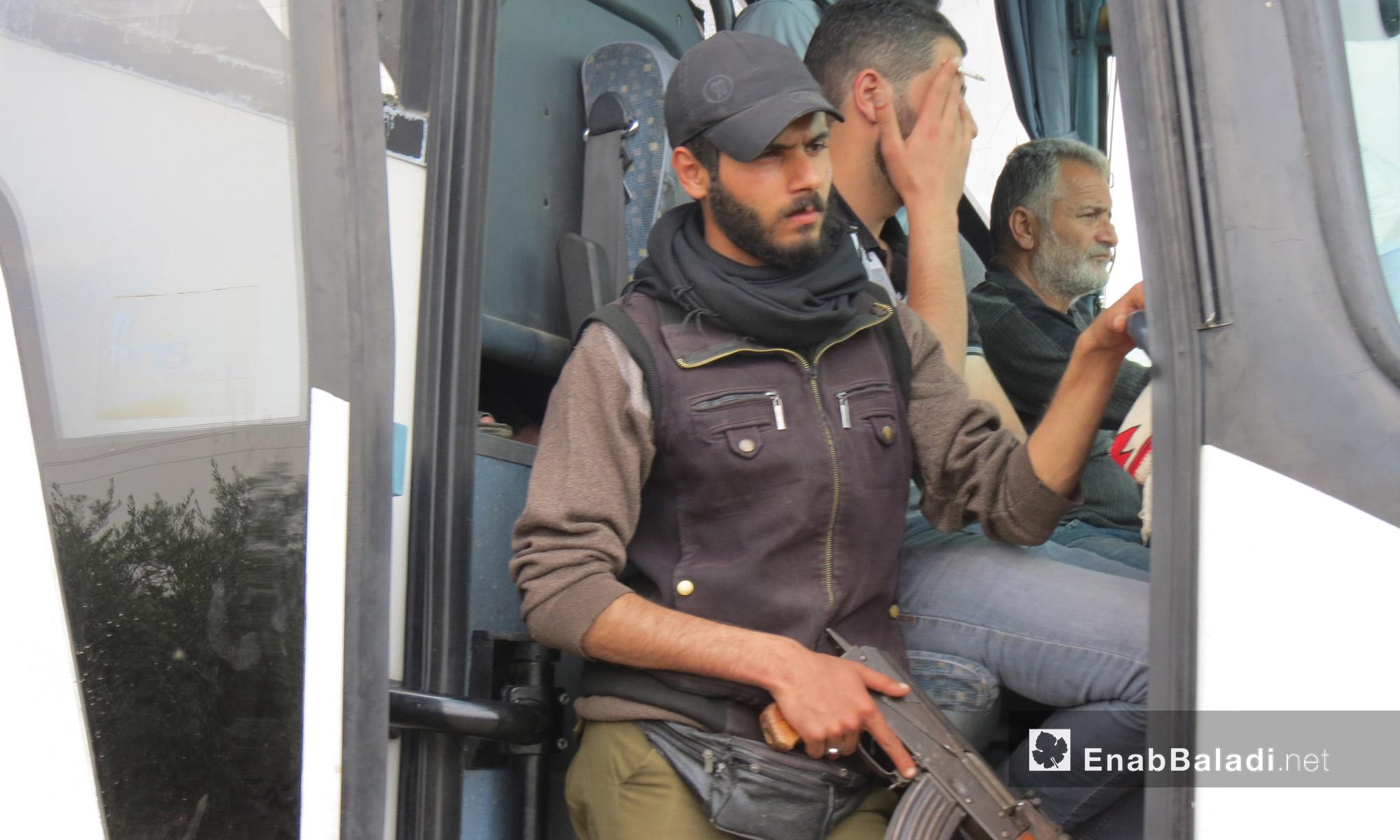 مقاتل من المعارضة داخل حافلة تقل مهجري الوعر إلى جرابلس شمال حلب  - 5 أيار 2017 (عنب بلدي)