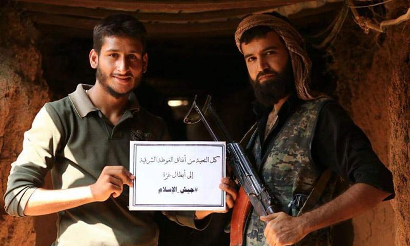 """تعبيرية: مقاتلان في """"جيش الإسلام"""" على باب أحد أنفاق الغوطة الشرقية - 2016 (فيس بوك)"""
