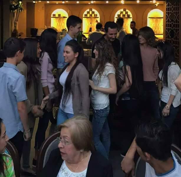 """الأسد وعائلته في مطعم """"مازة"""" في العاصمة دمشق - الجمعة 9 حزيران 2017 (فيس بوك)"""