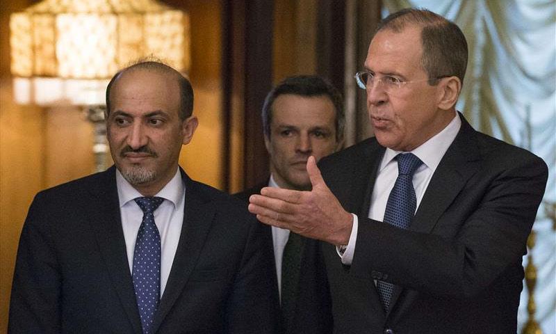 وزير الخارجية الروسي إلى جانب رئيس تيار الغد أحمد الجربا - 4 شباط 2017 (AFP)