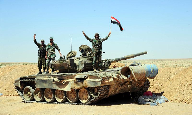 مقاتلون تابعون لقوات الأسد يعتلون دبابة في البادية السورية - 13 حزيران 2017 (سانا)