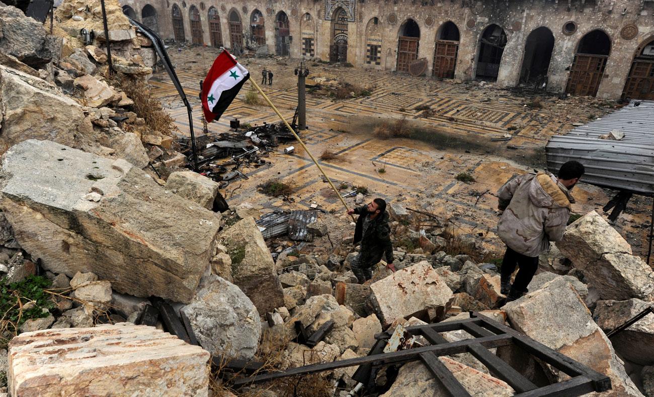 مقاتلون في قوات الأسد في مسجد أمية الكبير بحلب - كانون الاول 2016 (AFP)