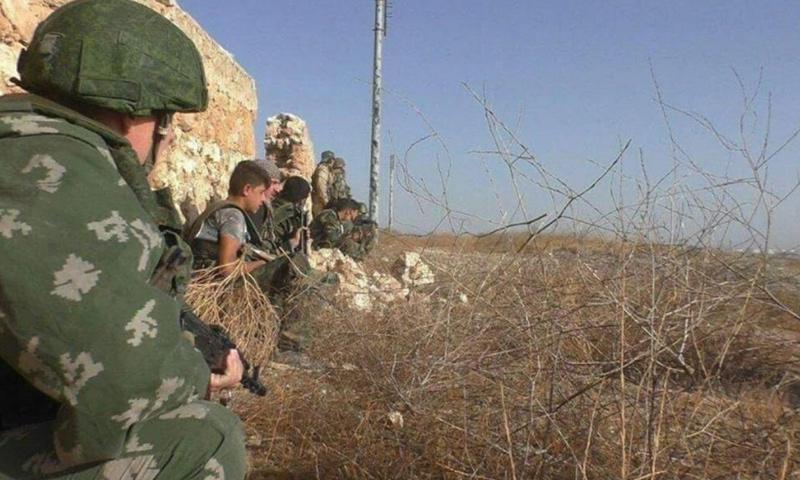 جندي روسي يرافق قوات الأسد في المعارك ضد تنظيم الدولة في ريف حماة الشرقي - (صفحات موالية)