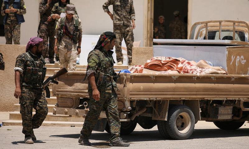 """مقاتلو """"قسد"""" غرب الرقة - 11 حزيران 2017 (رويترز)"""