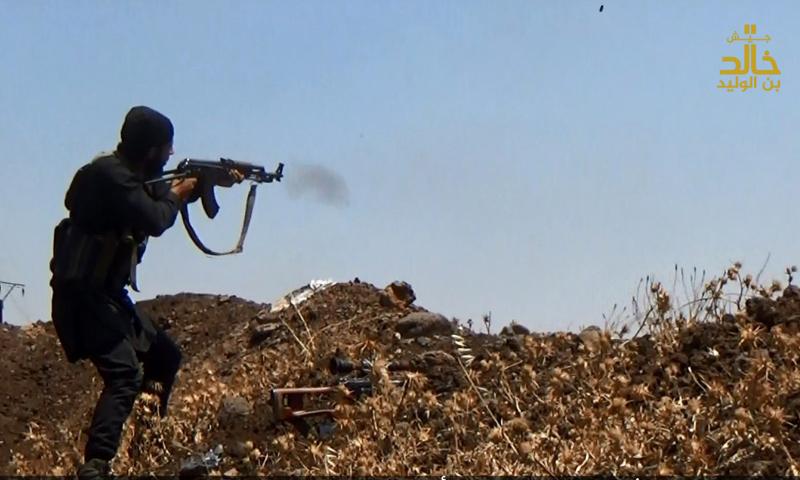 مقاتل من جيش خالد بن الوليد على خطوط الاشتباك في حوض اليرموك غرب درعا - (جيش خالد)