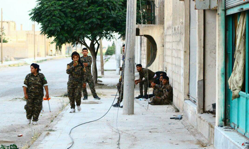 مقاتلون من قوات سوريا الديموقراطية في محيط مدينة الرقة - 9 حزيران 2017 - (غضب الفرات)