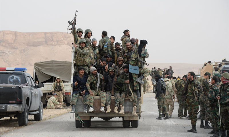 عناصر من قوات الأسد على الجبهات العسكرية في ريف حمص الشرقي - كانون الثاني 2017 - (سبوتنيك)