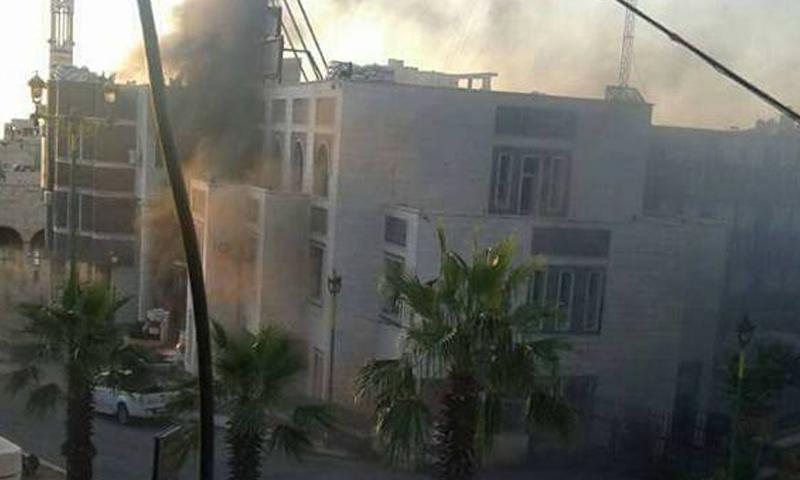 إحراق الإطارات على مبنى قيادة الشرطة في السويداء- الثلاثاء 13 حزيران (فيس بوك)
