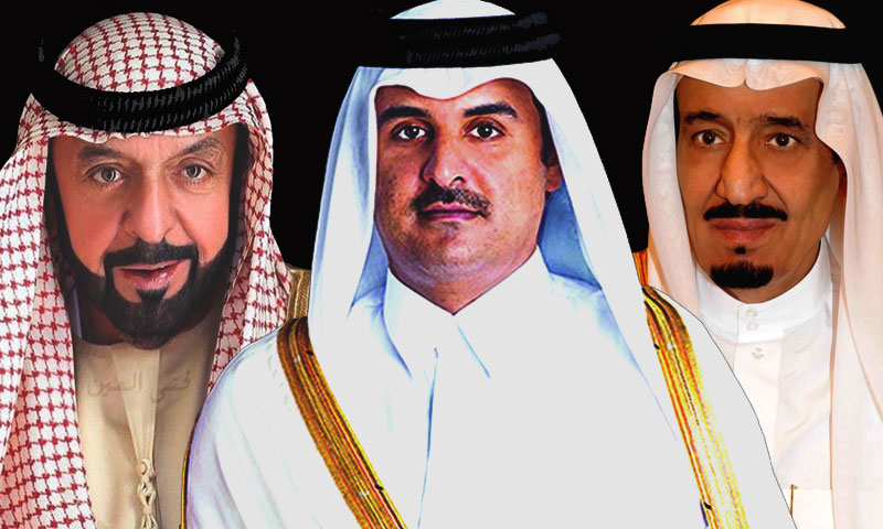 العاهل السعودي سلمان بن عبد العزيز (يمين) وأمير قطر تميم بن حمد (وسط) وحاكم الإمارات خليفة بن زايد (تعديل عنب بلدي)