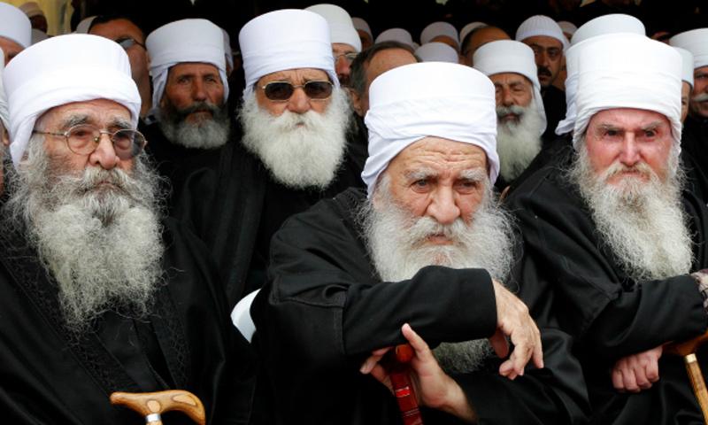 رجال دين دروز في تشييع كبير رجال الدين الدروز أحمد سلمان الهاجري في مدينة السويداء - 28 آذار 2012 - (رويترز)