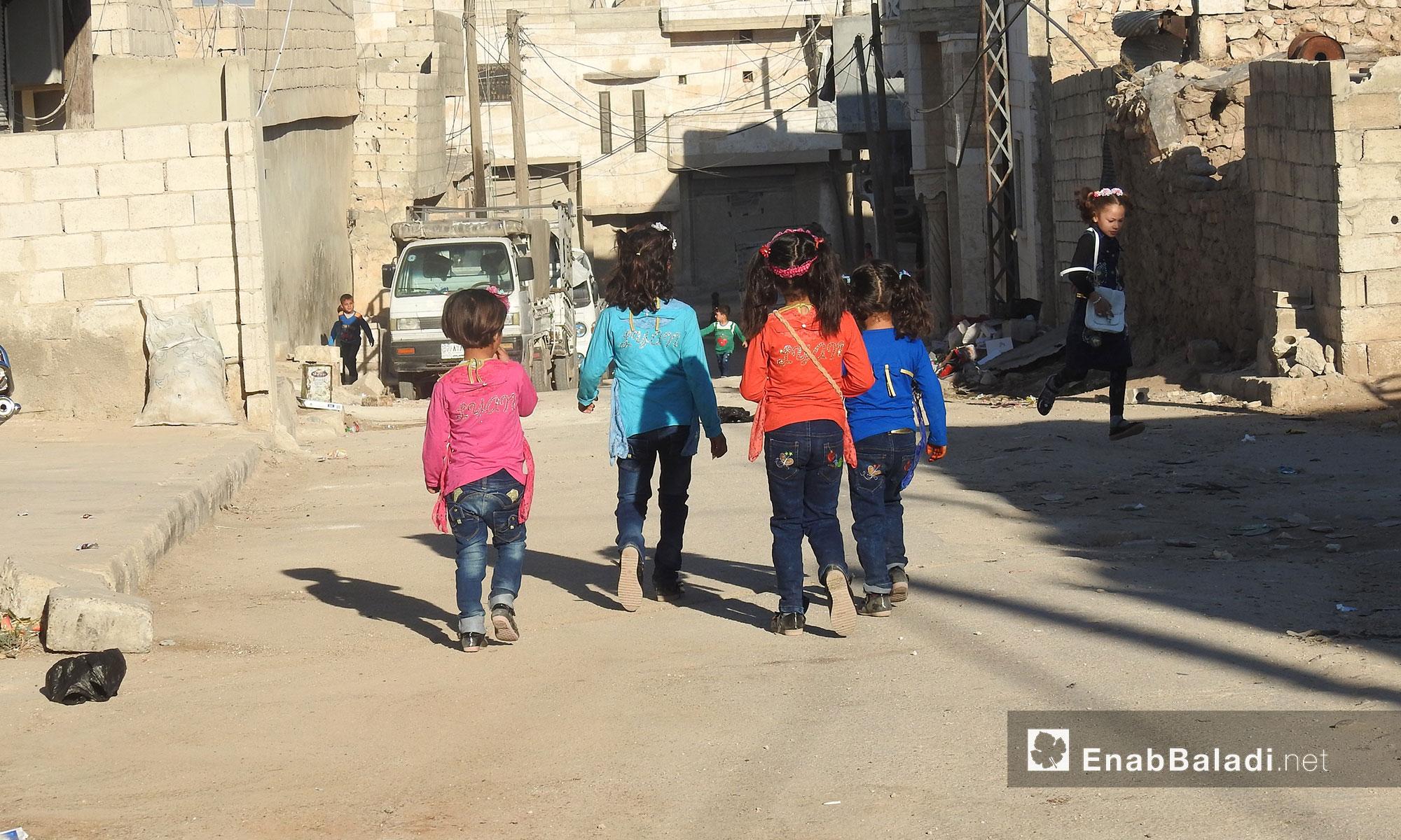 أطفال من مدينة دابق شمال حلب يتوجهون لميدان العيد أول أيام عيد الفطر - 25 حزيران 2017 (عنب بلدي)