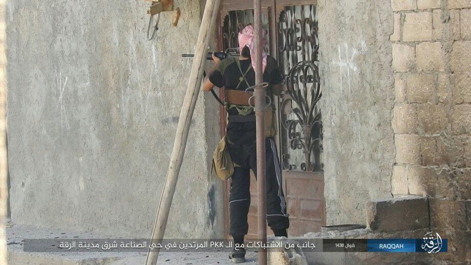 """مقاتل من تنظيم """"الدولة"""" في مدينة الرقة- الثلاثاء 27 حزيران (تلغرام)"""