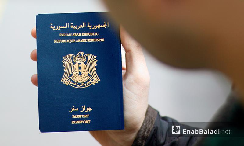 لاجئ سوري يحمل جواز سفره في اسطنبول التركية (عنب بلدي)