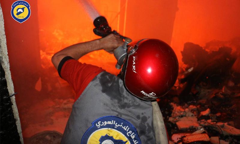 تعبيرية: عنصر من الدفاع المدني في ريف دمشق يحاول إطفاء نار اندلعت في أحد منازل الغوطة - حزيران 2017 (الدفاع المدني في ريف دمشق )